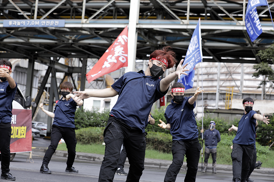 금속노조 몸짓문선대가 8월 25일 현대제철 당진공장 통제센터 앞에서 연 '현대제철 직접고용 쟁취 금속노조 결의대회'에서 몸짓공연을 펼치고 있다. 변백선