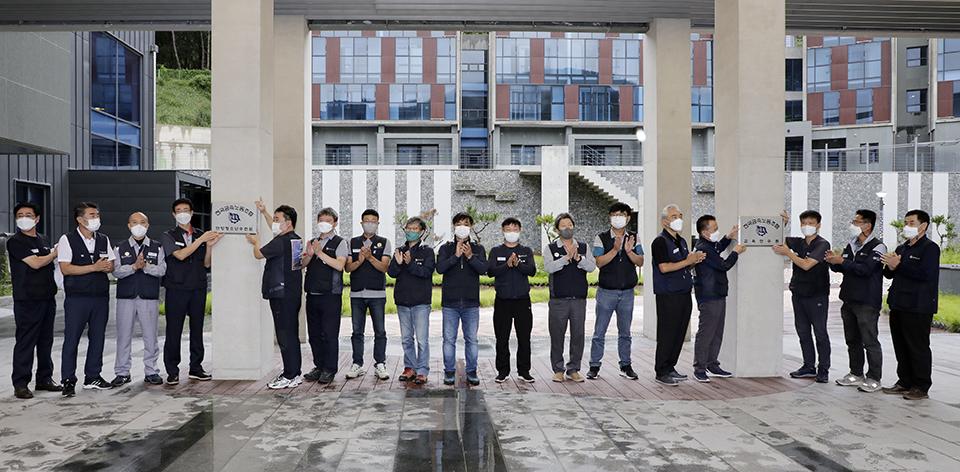 금속노조 중앙집행위원들이 9월 7일 '전국금속노동조합 단양청소년수련원 개원식'에서 현판식을 하고 있다. 변백선