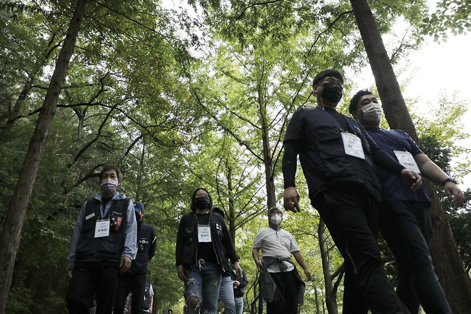 '건강한 조직과 소통을 위한 마음 돌봄 수련회'에 참가한 금속노조 조합원들이 10월 6일 소선암 휴양림에서 윤금란 노조 총무실장의 숲해설을 들으며 숲 치유 산책을 하고 있다. 단양=변백선